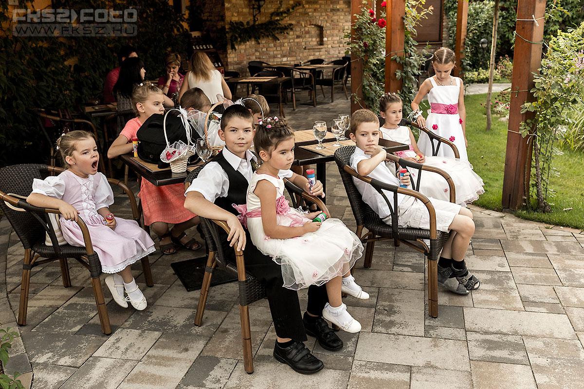 Gyerekek az esküvői szertartás ideje alatt - Fotó: Nagy Arnold, www.fksz.hu
